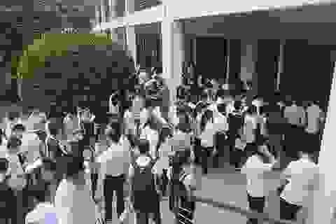 Đông nghịt thí sinh xếp hàng đi nộp hồ sơ để xét tuyển đại học