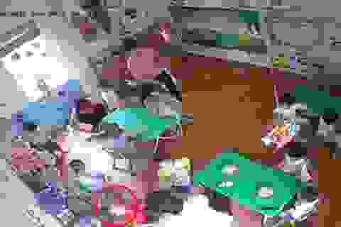 Lộ clip trẻ 16 tháng tuổi bị cô giáo bạo hành vì ăn chậm