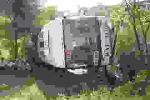 Xe giường nằm lao xuống vực, gần 50 hành khách thoát nạn