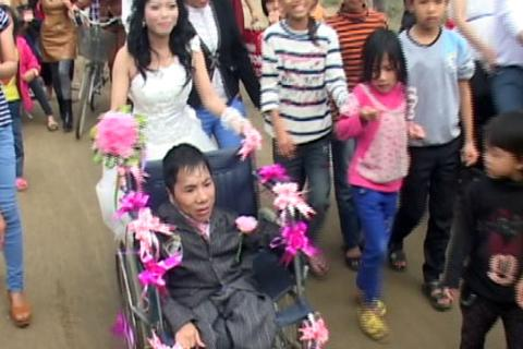 Đám cưới xúc động của chàng trai tật nguyền và cô dâu xinh đẹp