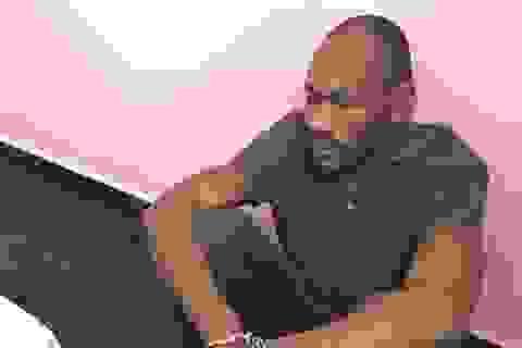 """Bắt khẩn cấp nghi phạm người Nigeria lừa """"tặng quà"""" qua facebook"""