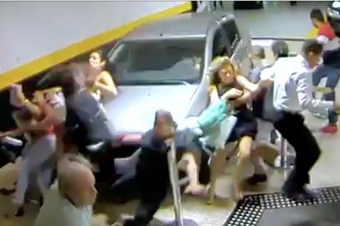 Tai nạn kinh hoàng khi ôtô lao vào dòng người trong cửa hiệu
