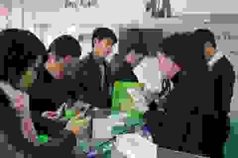 Đông kín khách mua điện thoại HKPhone giá hời