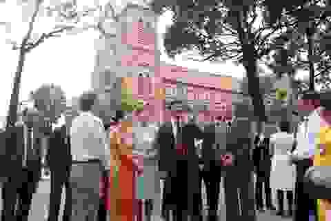Tổng thống Hungary và Phu nhân dạo bộ thăm trung tâm Sài Gòn