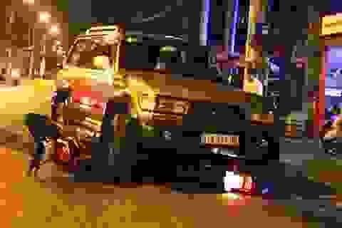 Ô tô mất lái tông 2 xe máy, 2 người nguy kịch