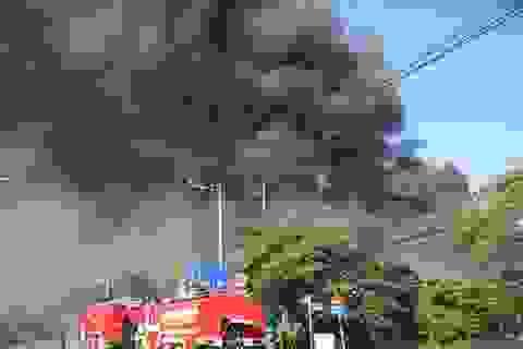 Công ty nội thất bốc cháy ngùn ngụt suốt 2 giờ