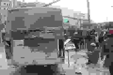 Ô tô đưa đón học sinh bốc cháy dưới chân cầu Phú Mỹ