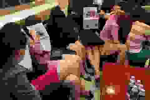 Gần 60 tiếp viên nhốn nháo khi cảnh sát ập vào kiểm tra nhà hàng