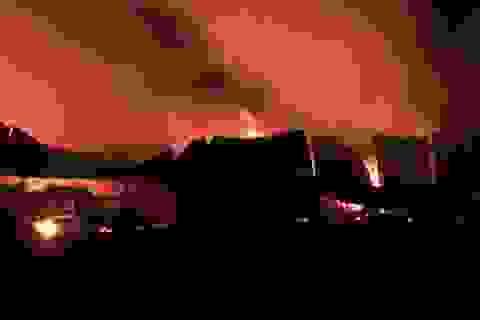Biển lửa bao trùm xưởng gỗ sau nhiều tiếng nổ lớn
