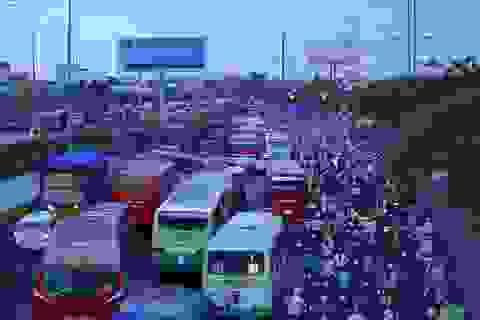 Người dân ùn ùn về quê nghỉ lễ, quốc lộ 1A tắc nghiêm trọng