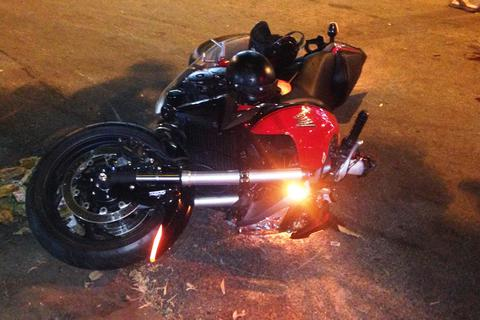 Xe mô tô 1.000 phân khối không biển số gây tai nạn, 2 người nhập viện