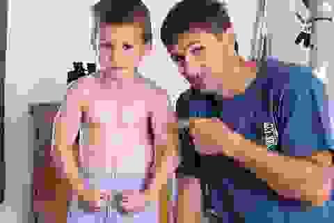 Nước Anh sửng sốt với cậu bé 9 tuổi, cơ bắp cuồn cuộn, hít đất hơn 100 cái