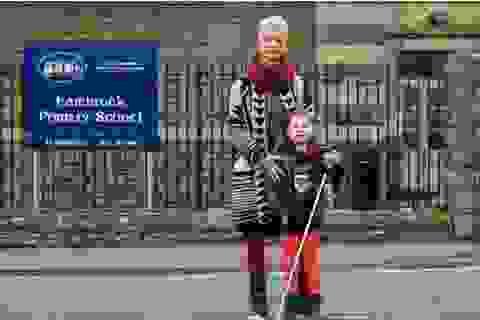 Cô bé mù bị cấm mang gậy đến trường học