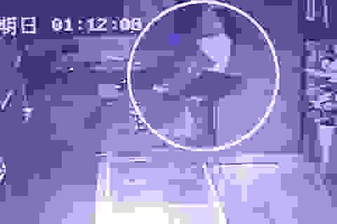 """Đột nhập từ trần nhà, cuỗm trang sức trị giá 10.000 bảng """"như phim""""!"""