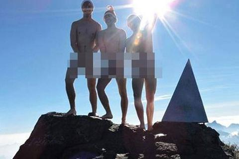 3 khách Tây gây sốc khi khỏa thân trên đỉnh Phan Xi Păng