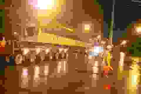 Đội mưa đêm vận chuyển những khối bê tông nặng hơn 200 tấn