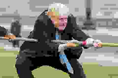 """Thị trưởng London """"phùng mang, trợn má"""" thi kéo co"""