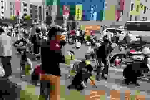 """Người Trung Quốc đổ xô ra đường để """"nhặt vàng"""""""