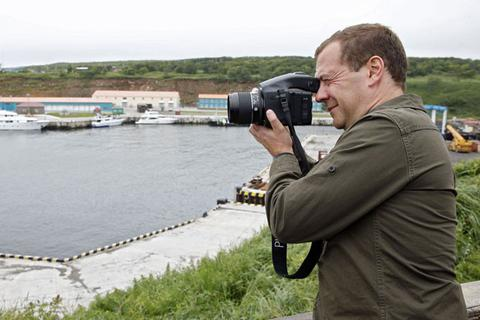 Nhật Bản nổi giận vì Thủ tướng Nga thăm đảo tranh chấp