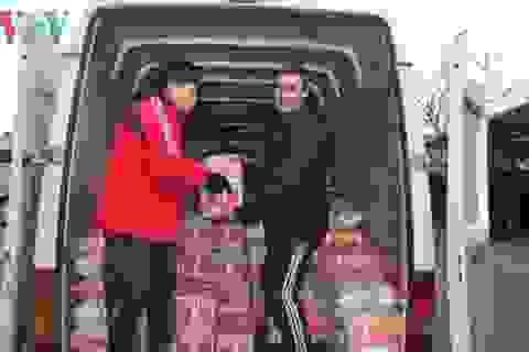 Người Việt tại Odessa trao quà tặng Hội Chữ Thập Đỏ Ukraine