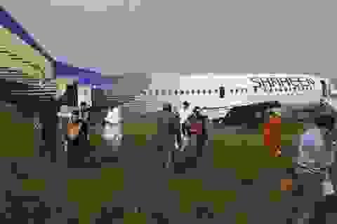 Hoảng hồn vì máy bay nổ lốp khi hạ cánh, lao khỏi đường băng