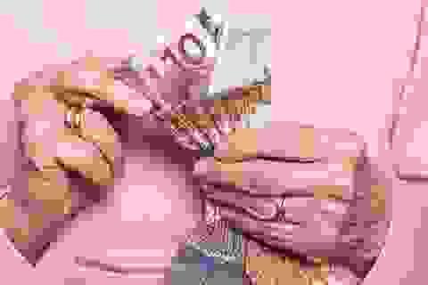 Giận người thừa kế, cụ bà cắt vụn gần 1 triệu euro
