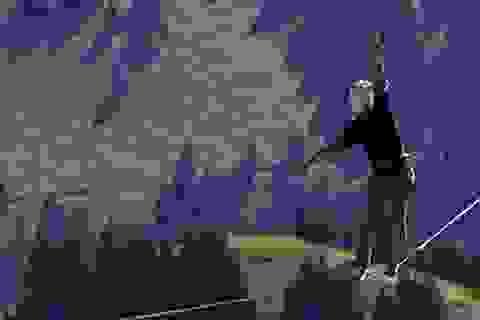"""""""Dựng tóc gáy"""" khi đi trên sợi dây nối liền hai ngọn núi"""