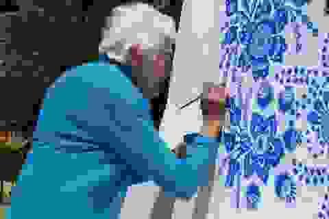 Cụ bà 87 say sưa với nghề vẽ tranh tường