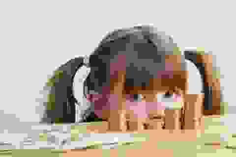Than phiền về tiền bạc trước mặt con