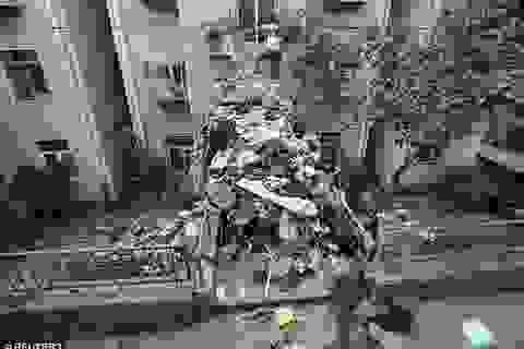 Bộ sưu tập rác khổng lồ chặn cả cửa tòa nhà