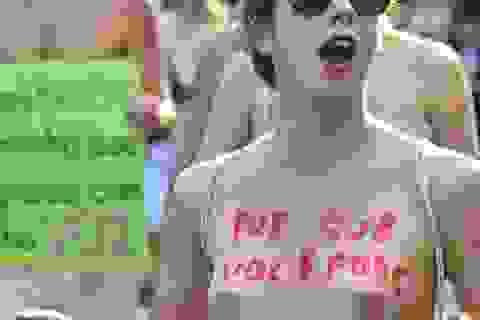 Hàng trăm phụ nữ cởi đồ xuống đường chống bạo hành tình dục