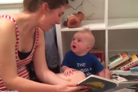Bé con mê đọc sách gây nức lòng dân mạng