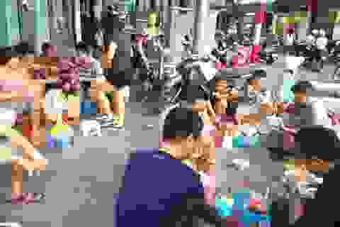 """Hà Nội: Loạn tình trạng """"xà xẻo"""" vỉa hè kinh doanh trục lợi"""