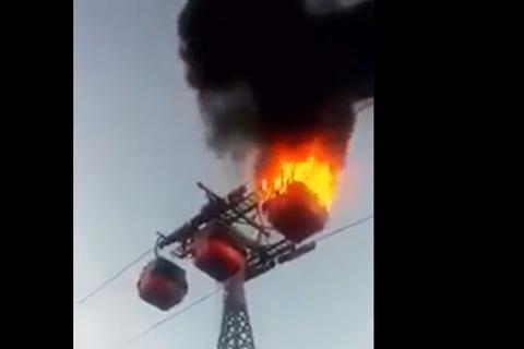Cáp treo cháy ngùn ngụt trong sự hoảng loạn của người dân