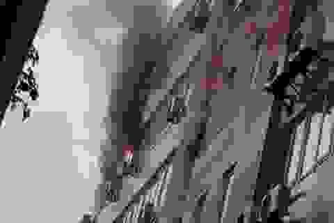 Hà Nội: Lửa cháy ngùn ngụt tại tòa nhà AIRMEX trong cơn mưa lớn