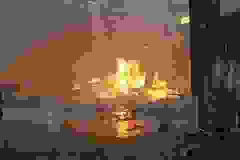 """""""Bà hỏa"""" bất ngờ ghé thăm, toàn bộ cửa hàng xe máy bị thiêu rụi"""