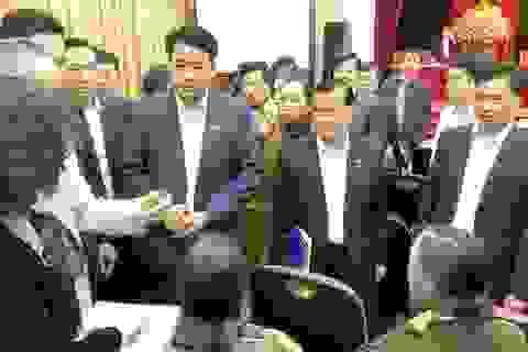 """Cử tri """"quây"""" tân Chủ tịch Hà Nội bày tỏ bức xúc"""