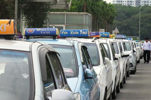 """Tranh cãi """"nảy lửa"""" quanh chuyện giá cước taxi Việt đắt hơn cả ở Singapore"""