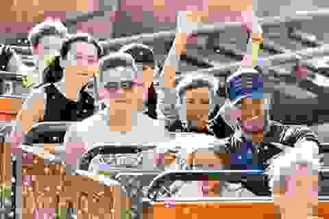 """Gia đình Beckham """"đại náo"""" công viên Disneyland"""
