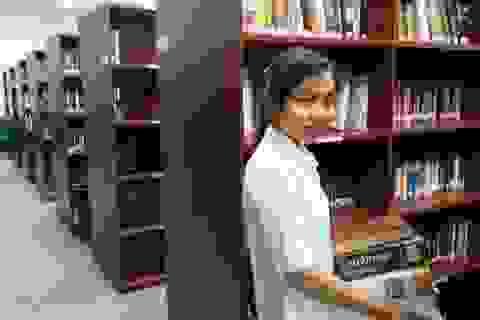 Nguyên Chủ tịch ĐH Rice (Mỹ) tặng 646 đầu sách đến trường Đại học Tân Tạo