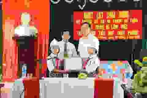 Bộ trưởng Phạm Vũ Luận tặng sách và quà tới học sinh Thái Bình
