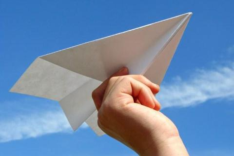 Học sinh phải hầu tòa do phi máy bay giấy trúng cô giáo