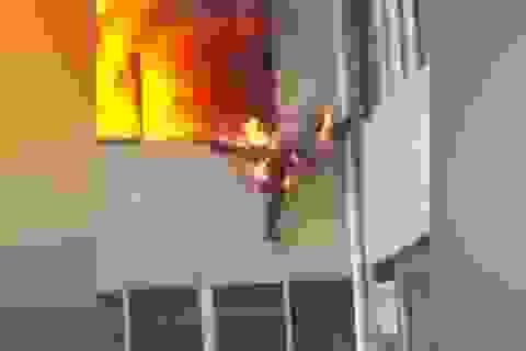 """Lính cứu hỏa bị lửa """"nuốt chửng,"""" nhảy khỏi cửa sổ thoát thân"""