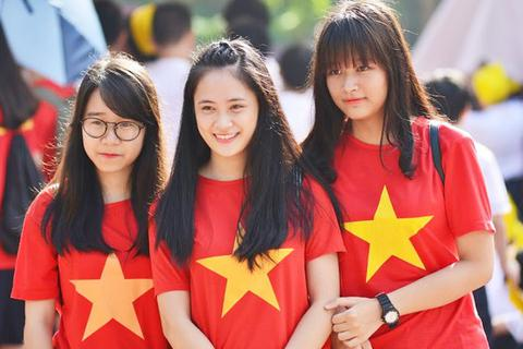 Học sinh trường thầy Văn Như Cương xếp hình quốc kì đón khai giảng