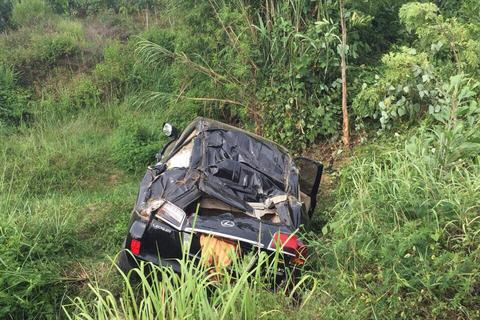 """Xe Lexus lật nhiều vòng, """"dập nát"""", 5 người bị thương"""