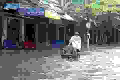 Mưa lớn, nhiều đường phố chìm trong nước