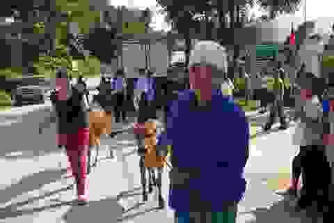 Dân vùng nghèo nhất nước được tặng trạm xá và bò giống