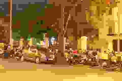 """Hà Nội: Bất chấp lệnh xử phạt, nạn """"xẻ thịt"""" vỉa hè tái diễn trên phố Ngô Quyền"""