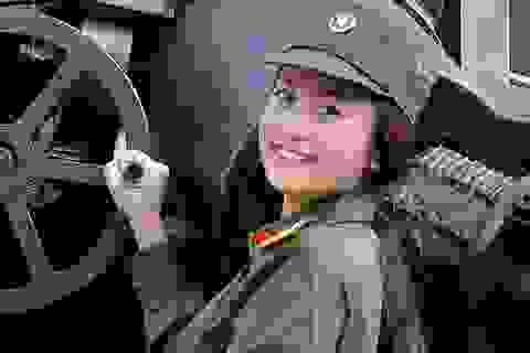 """MC """"Ong vàng"""" hóa thành nữ quân nhân xinh xắn"""