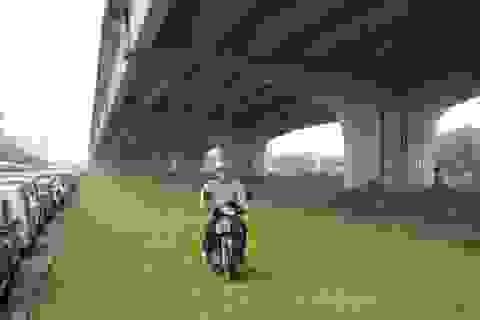 """Hà Nội: Giao thông tê liệt, người đi đường """"phi"""" lên... thảm cỏ"""